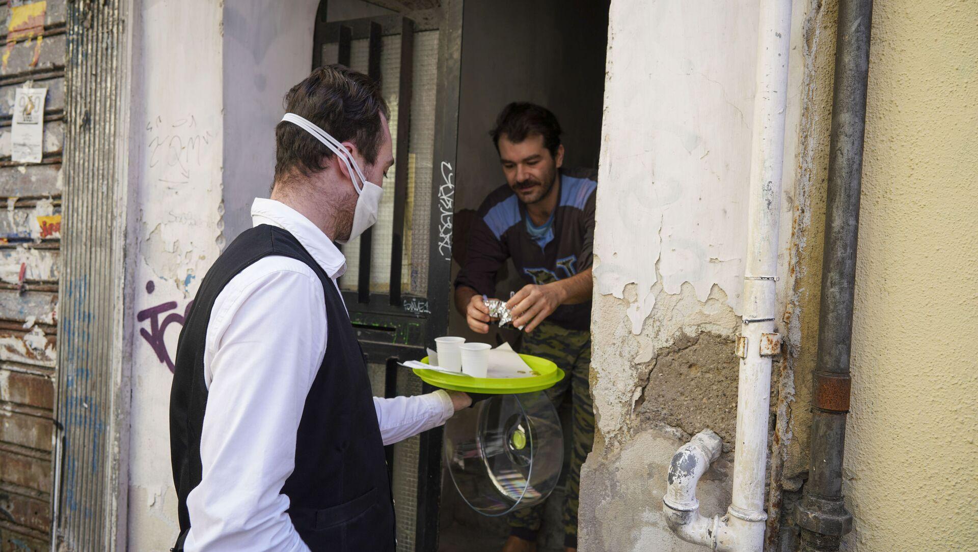 La consegna di caffè a domicilio a Napoli - Sputnik Italia, 1920, 08.03.2021
