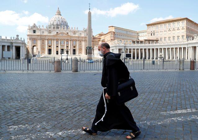 Piazza San Pietro deserta in Vaticano