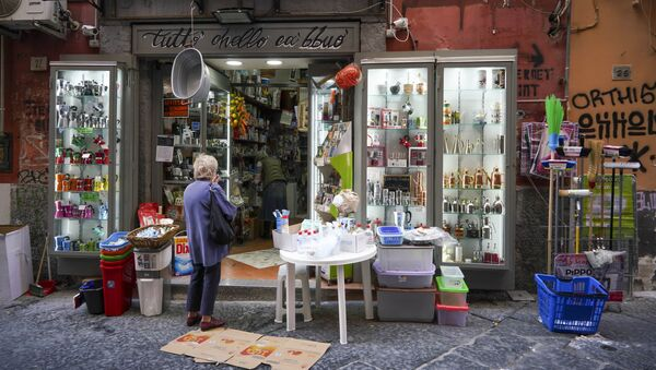 Una cliente a un negozio aperto dopo la quarantena a Napoli - Sputnik Italia