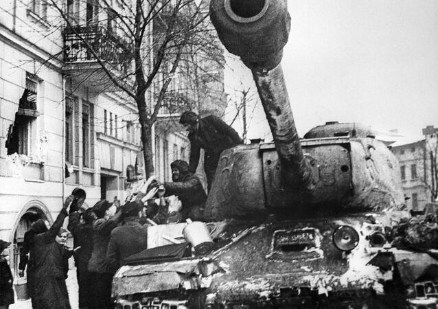 IS (dalle iniziali di Iosif Stalin, noti anche come serie JS) furono una serie di carri armati pesanti sovietici, sviluppata tra gli anni 1940 e 1950.