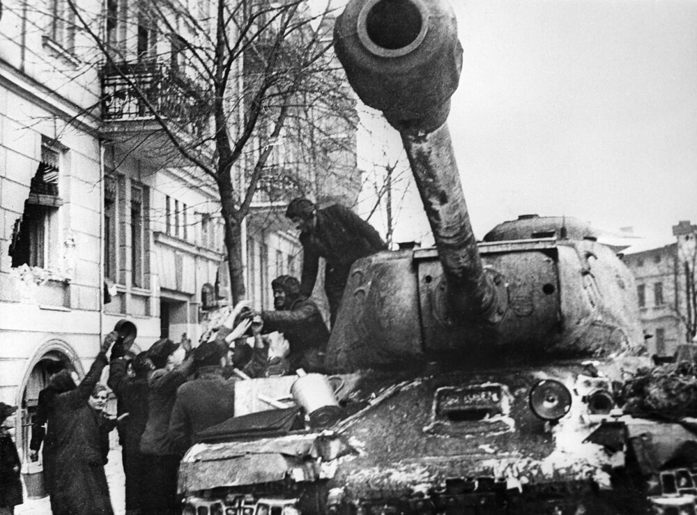 IS (dalle iniziali di Iosif Stalin, noti anche come serie JS) furono una serie di carri armati pesanti sovietici, sviluppata tra gli anni 1940 e 1950