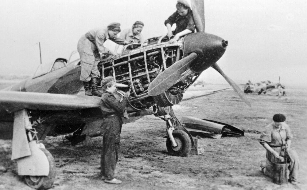 I tecnici del reggimento 586 di aviazione preparano un caccia al volo durante la Seconda Guerra Mondiale.