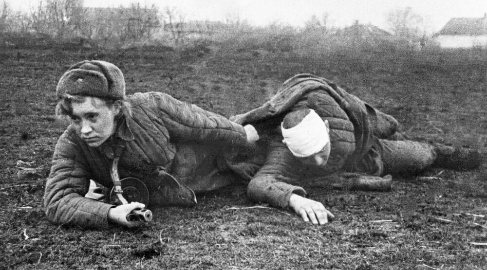 L'istruttrice sanitaria Valya Gribkova evacua un ferito dal campo di battaglia.