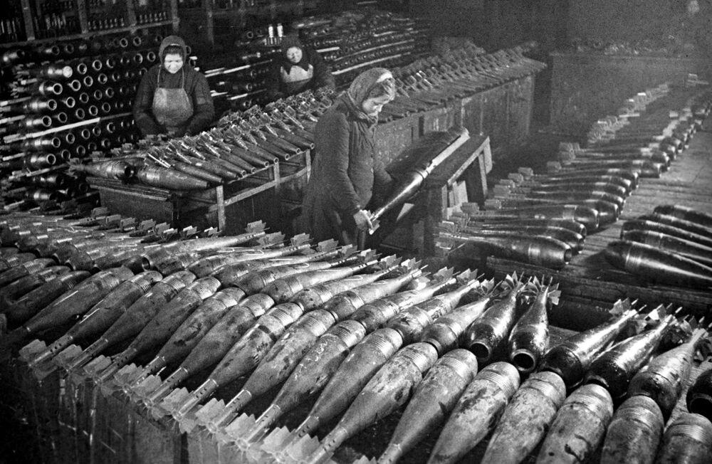 Donne producono delle mine in uno stabilimento a Mosca, 1942.