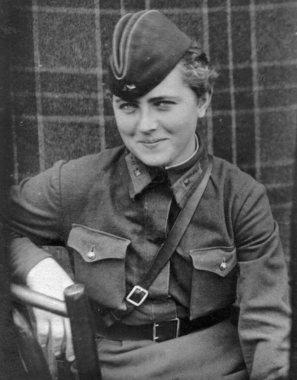 La pilota del 46esimo reggimento femminile di aviazione di Taman dei bombardieri notturni, Egvenya Zhigulenko. Assegnata il titolo dell'Eroe dell'Unione Sovietico. - Sputnik Italia