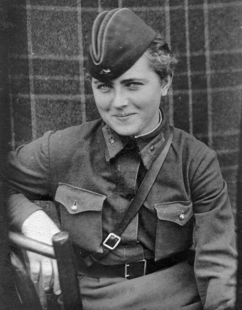 La pilota del 46esimo reggimento femminile di aviazione di Taman dei bombardieri notturni, Egvenya Zhigulenko. Assegnata il titolo dell'Eroe dell'Unione Sovietico.