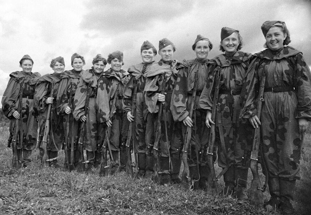 Un gruppo di ragazze cecchini, volontarie dell'Armata Rossa.