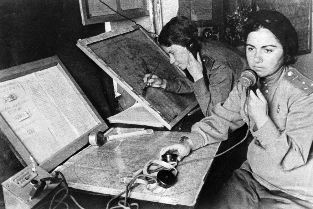 L'operatrice e la navigatrice del 586esimo reggimento di caccia durante la Seconda Guerra Mondiale.