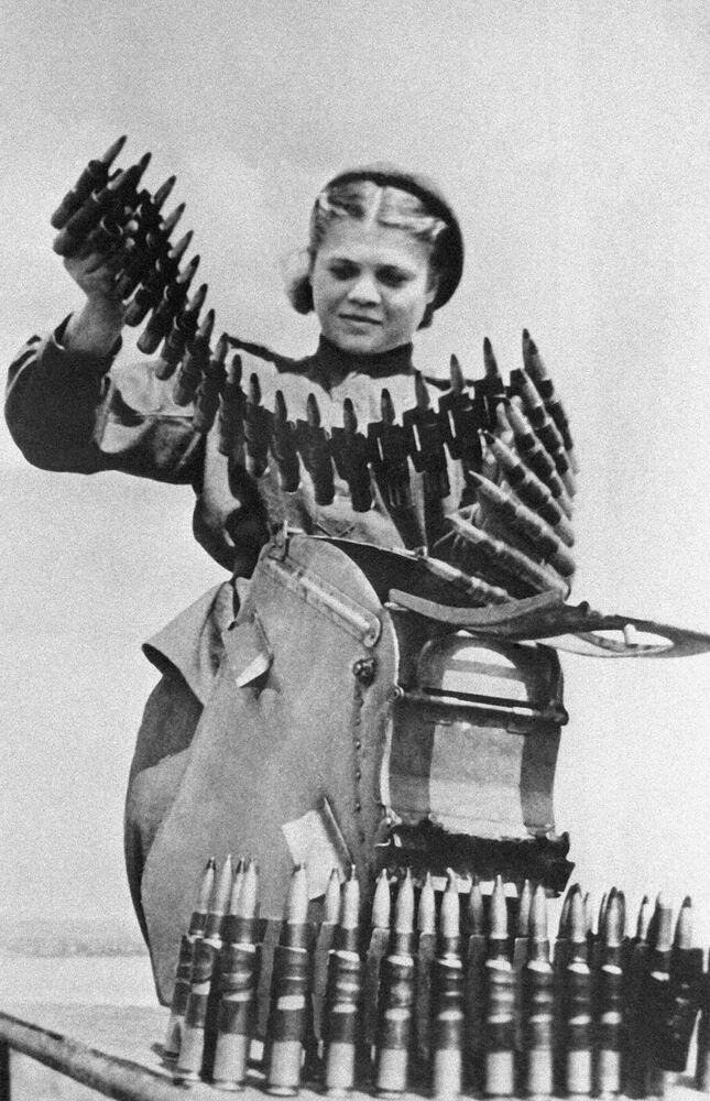 La sergente Lisa Terekhova completa il munizionamento.