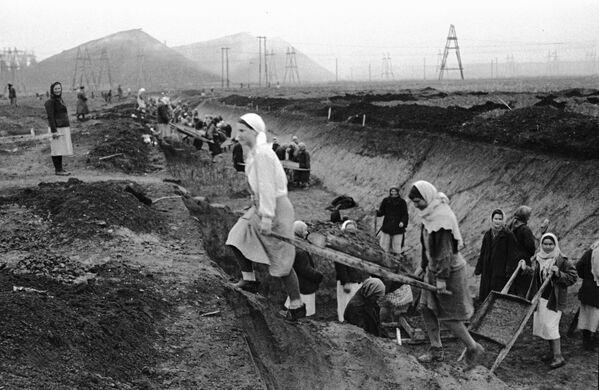 Le donne scavano le trincee conto carri armati nella regione di Donetsk, 1941. - Sputnik Italia