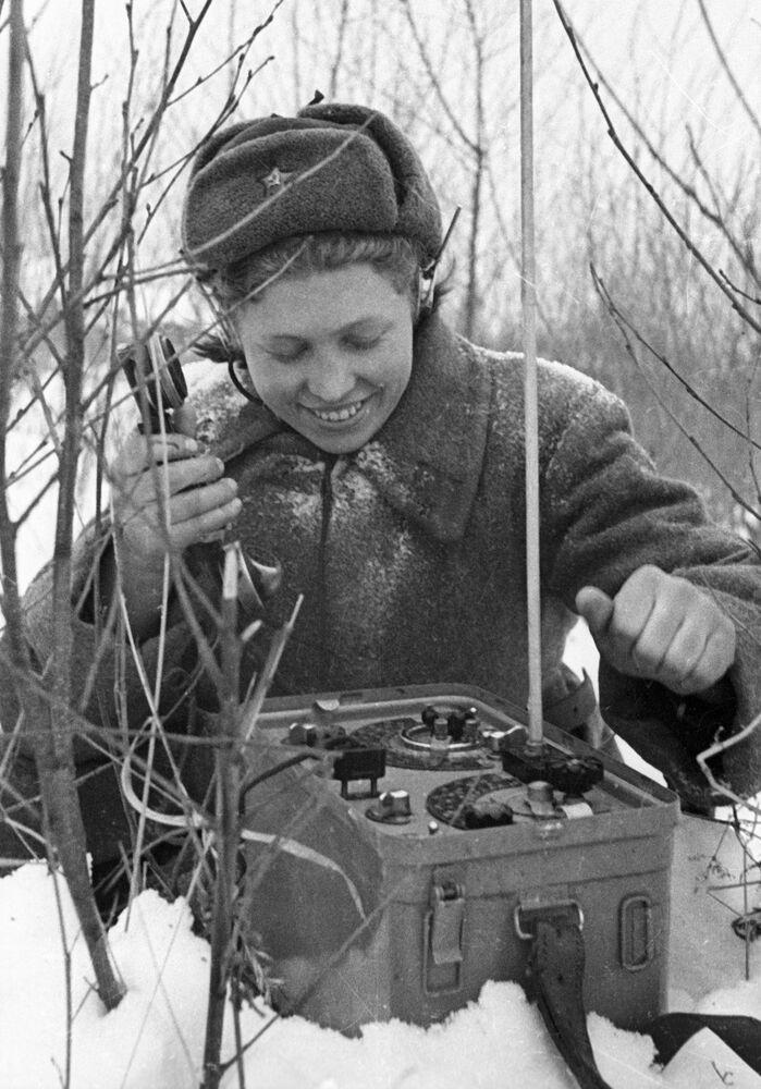 Un'operatrice di collegamento al telefono di campo nei tempi della Seconda Guerra Mondiale.