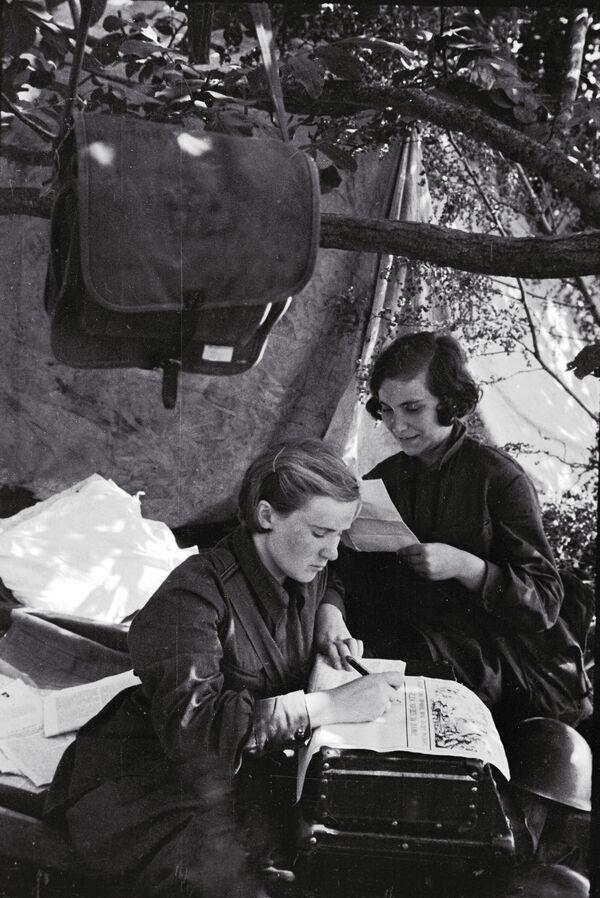 Delle donne militanti al fronte del Sud. - Sputnik Italia