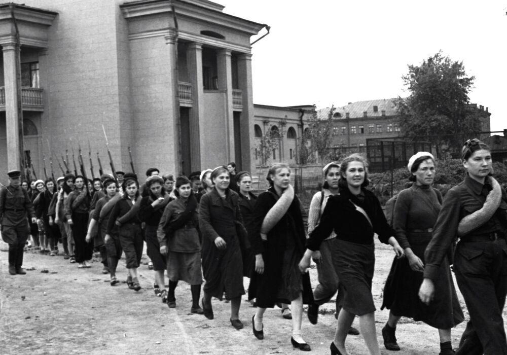 Militanti marciano per una via di Mosca