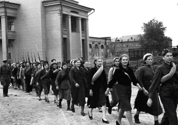 Militanti marciano per una via di Mosca - Sputnik Italia