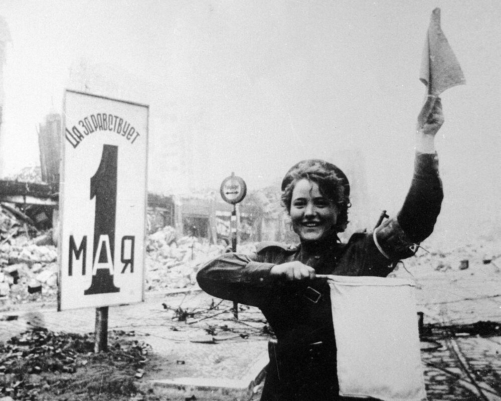 La vigile urbana militare Maria Shalneva sulla Alexanderplatz a Berlino.