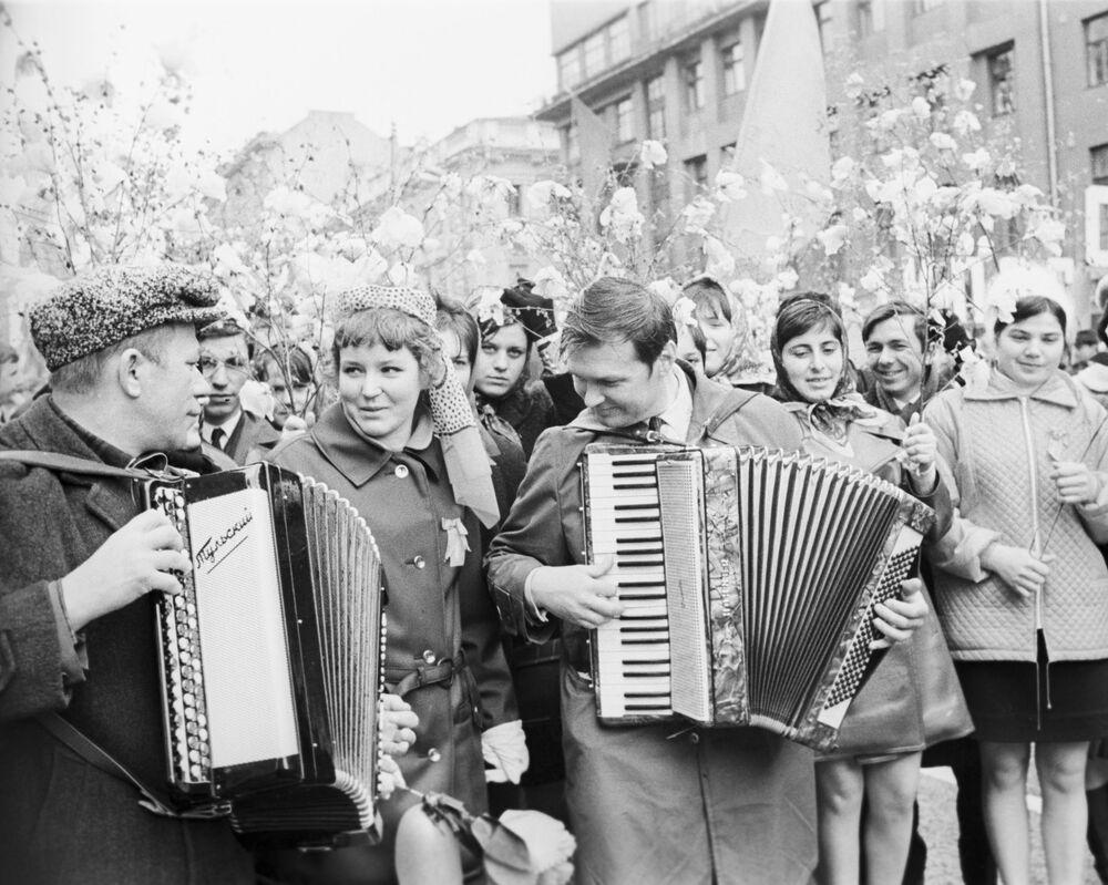 I partecipanti alla manifestazione di primo maggio si stanno dirigendo verso la Piazza Rossa, Mosca, 1971.