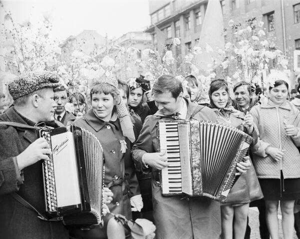 I partecipanti alla manifestazione di primo maggio si stanno dirigendo verso la Piazza Rossa, Mosca, 1971. - Sputnik Italia