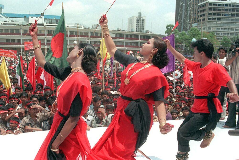 Dei danzatori si esibiscono al comizio dei lavoratori nel centro della città di Dhaka per il primo maggio, Bangladesh.