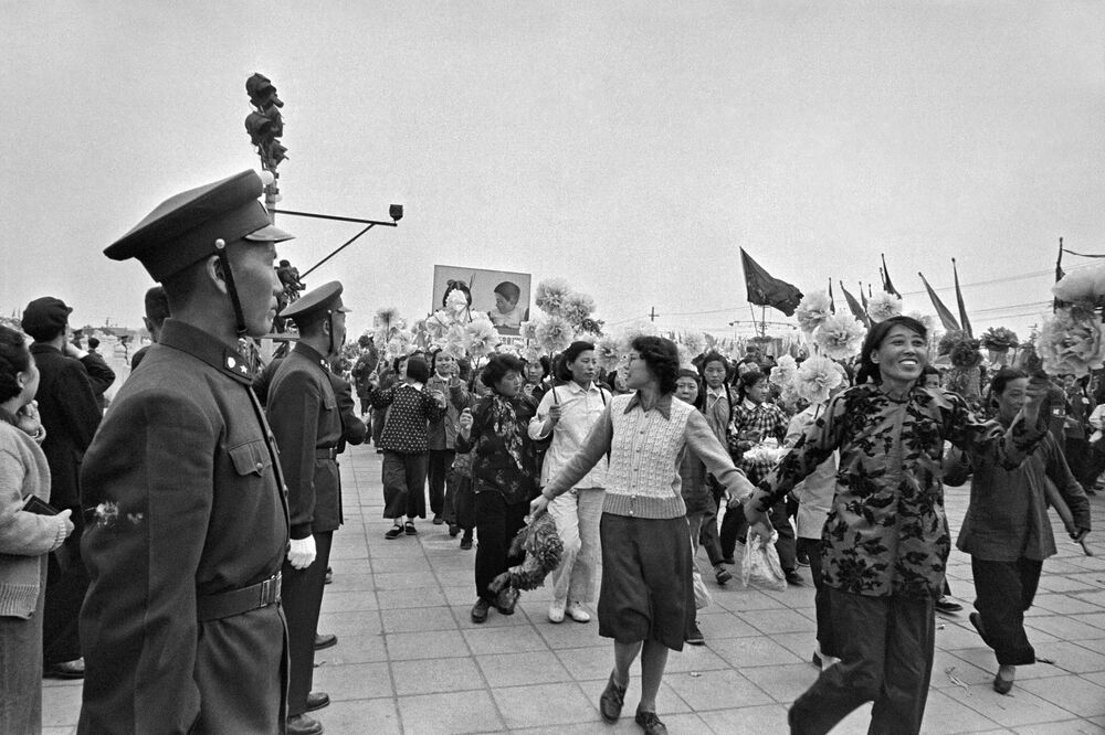 La parata per il Giorno internazionale dei lavoratori in piazza Tienanmen a Pechino, il 1° maggio 1957.
