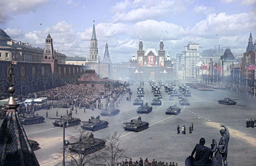 La parata militare sulla Piazza Rossa a Mosca per il Giorno internazionale della solidarietà dei lavoratori, 1957.