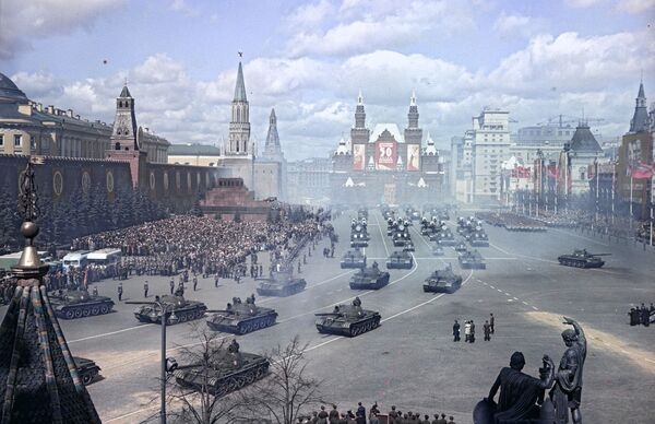 La parata militare sulla Piazza Rossa a Mosca per il Giorno internazionale della solidarietà dei lavoratori, 1957. - Sputnik Italia