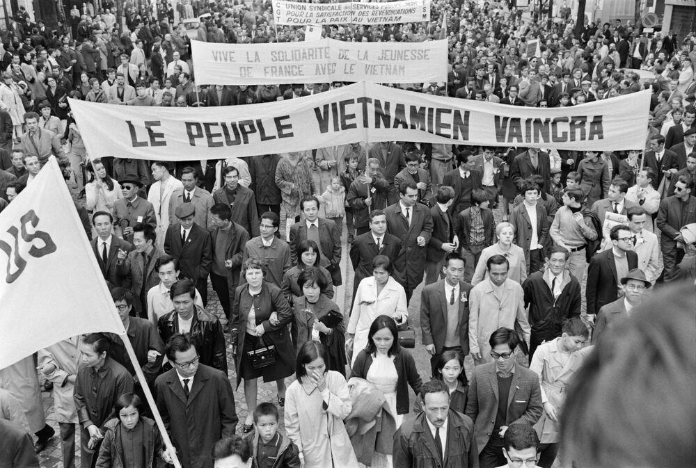 La delegazione del Vietnam alla manifestazione del 1° maggio 1968, organizzata dai sindacati e dal partito comunista a Parigi.