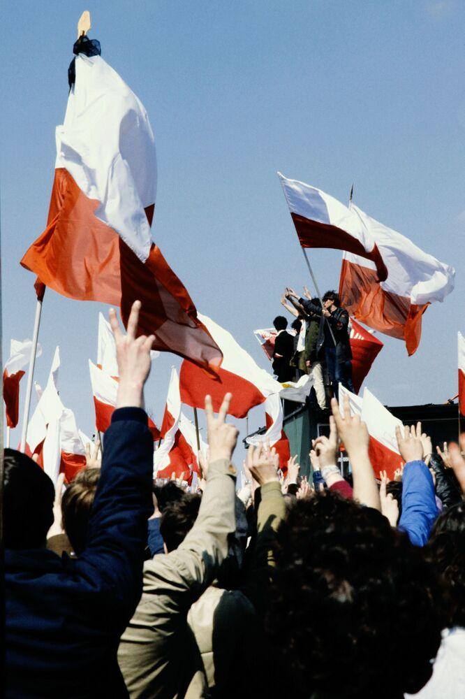I partecipanti alla manifestazione di primo maggio a Varsavia, Polonia, 1982.