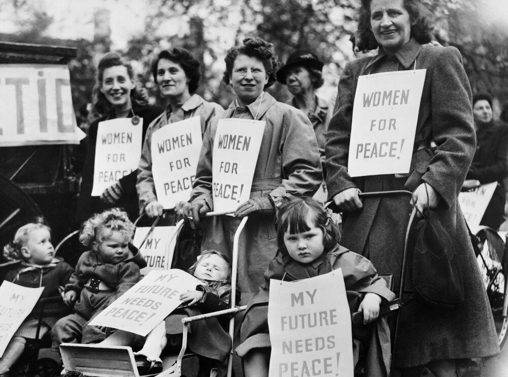 Donne con bambini alla manifestazione di primo maggio a Londra, 1948.