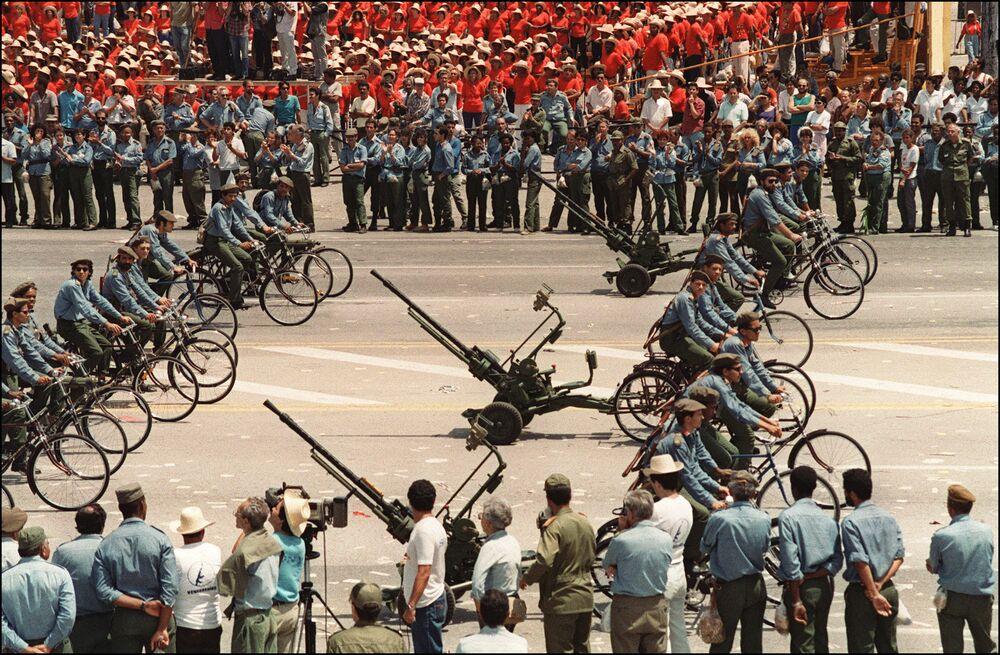 L'esercito cubano alla manifestazione del primo maggio all'Avana, 1994.