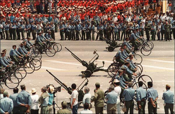 L'esercito cubano alla manifestazione del primo maggio all'Avana, 1994. - Sputnik Italia