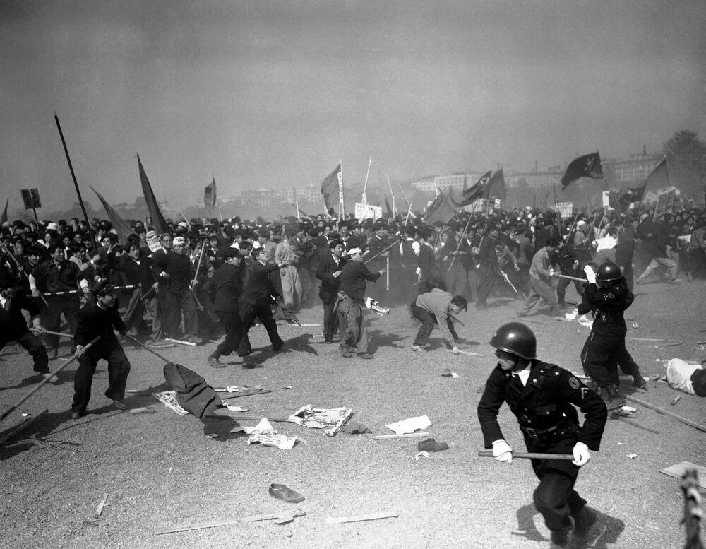 Lo sfollamento di una manifestazione il 1° maggio 1952 a Tokyo.