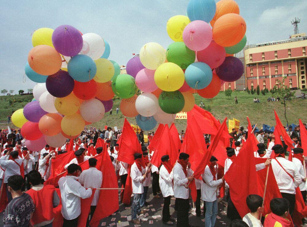 I sostenitori del partito comunista festeggiano il primo maggio ad Istanbul, Turchia, nel 1998.