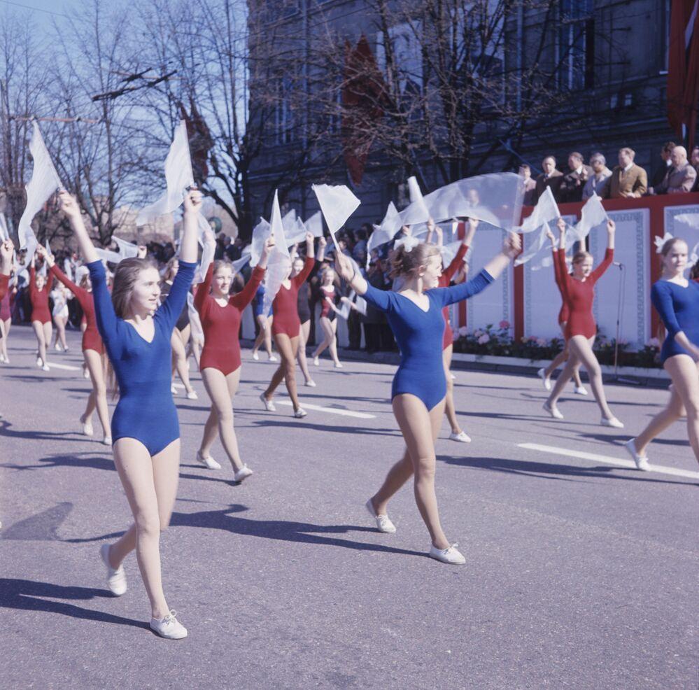 La parata degli addetti all'educazione fisica alla manifestazione di primo maggio a Vilnius, Lituania, URSS, 1973.