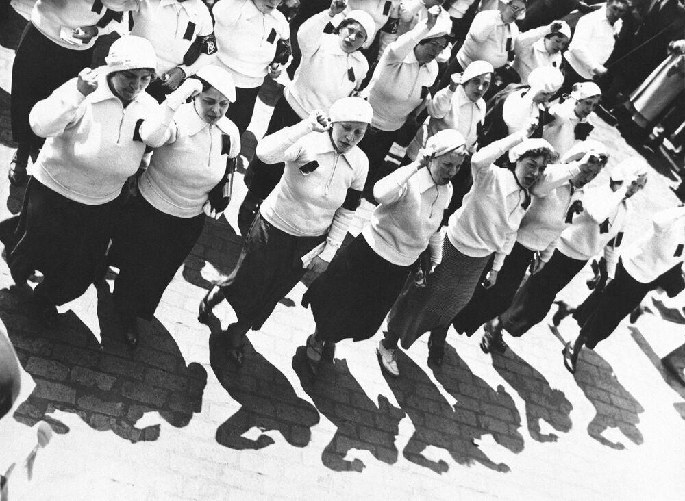 La marcia delle donne durante le celebrazioni del Giorno del lavoro il 1° maggio a New York, 1935.