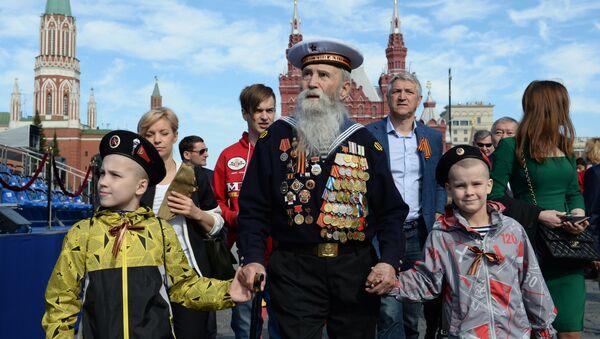Ветеран с детьми перед началом военного парада в ознаменование 70-летия Победы в Великой Отечественной войне 1941-1945 годов - Sputnik Italia