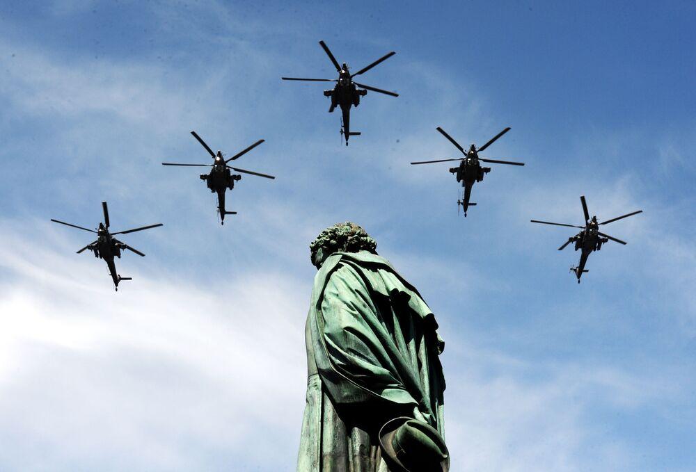 Gli elicotteri Mi-28N Cacciatore notturno durante la parata militare per il 70° anniversario della Vittoria a Mosca.