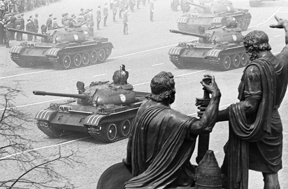 Colonne di carri armati in marcia sulla Piazza Rossa a Mosca alla parata per il 20° anniversario della Vittoria contro la Germania nazista.
