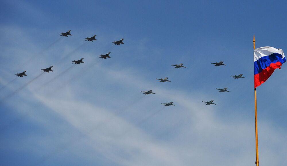 I caccia MiG-29 e gli aerei d'assalto Su-25 durante la parata militare per il 70° anniversario della Vittoria nella Seconda Guerra Mondiale.