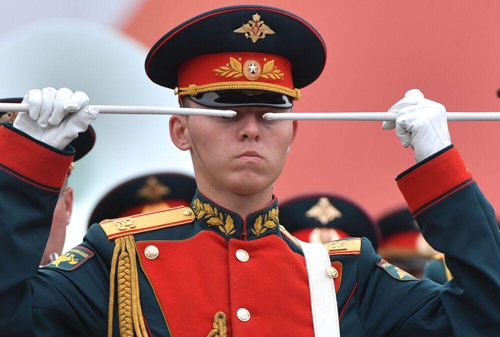 Un tamburino dell'orchestra militare della Guardia nazionale della Russia alla parata della Vittoria sulla Piazza Rossa a Mosca.