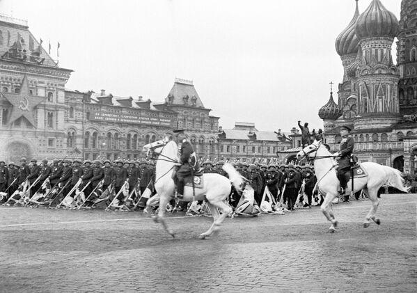 La parata sulla Piazza Rossa a Mosca il 24 giugno 1945. - Sputnik Italia