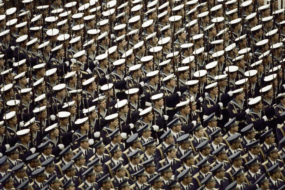 La parata militare sulla Piazza Rossa a Mosca per il 40esimo anniversario della Vittoria del popolo sovietico nella Seconda Guerra Mondiale, 1985.