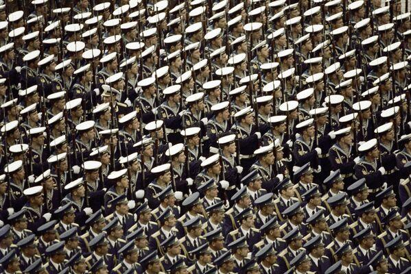 La parata militare sulla Piazza Rossa a Mosca per il 40esimo anniversario della Vittoria del popolo sovietico nella Seconda Guerra Mondiale, 1985. - Sputnik Italia