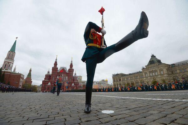 Dei militari alla parata per il 72esimo anniversario della Vittoria nella Seconda Guerra Mondiale. - Sputnik Italia