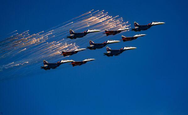 I caccia Su-30SM della pattuglia acrobatica Cavalieri russi e i MiG-29 della pattuglia acrobatica Strizhi alla parata militare per il 73esimo anniversario della Vittoria. - Sputnik Italia