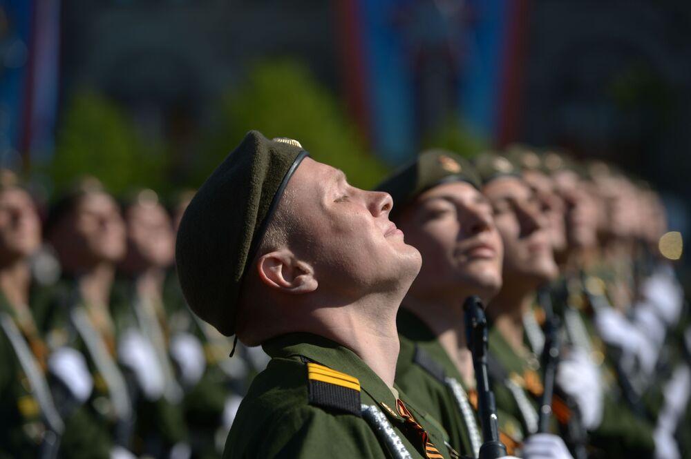 I militari alla parata sulla Piazza Rossa a Mosca per il 69esimo anniversario della Vittoria.