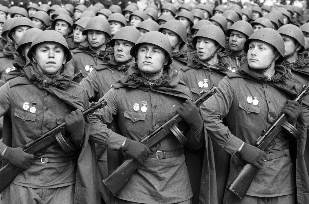 I soldati sovietici vestiti in divisa dell'epoca della Seconda Guerra Mondiale alla parata sulla Piazza Rossa a Mosca per il 40esimo anniversario della Vittoria.
