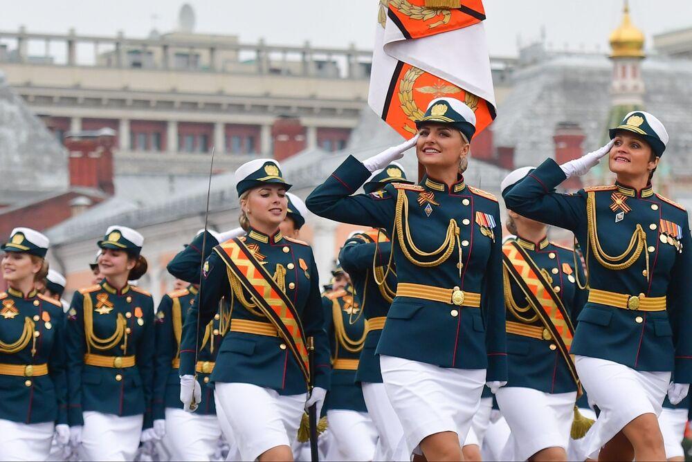Militari alla parata sulla Piazza Rossa a Mosca.