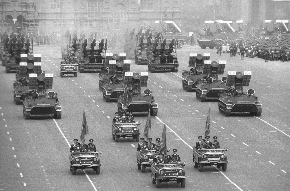 La parata militare sulla Piazza Rossa a Mosca per il 40° anniversario della Vittoria del popolo sovietico nella Seconda Guerra Mondiale.