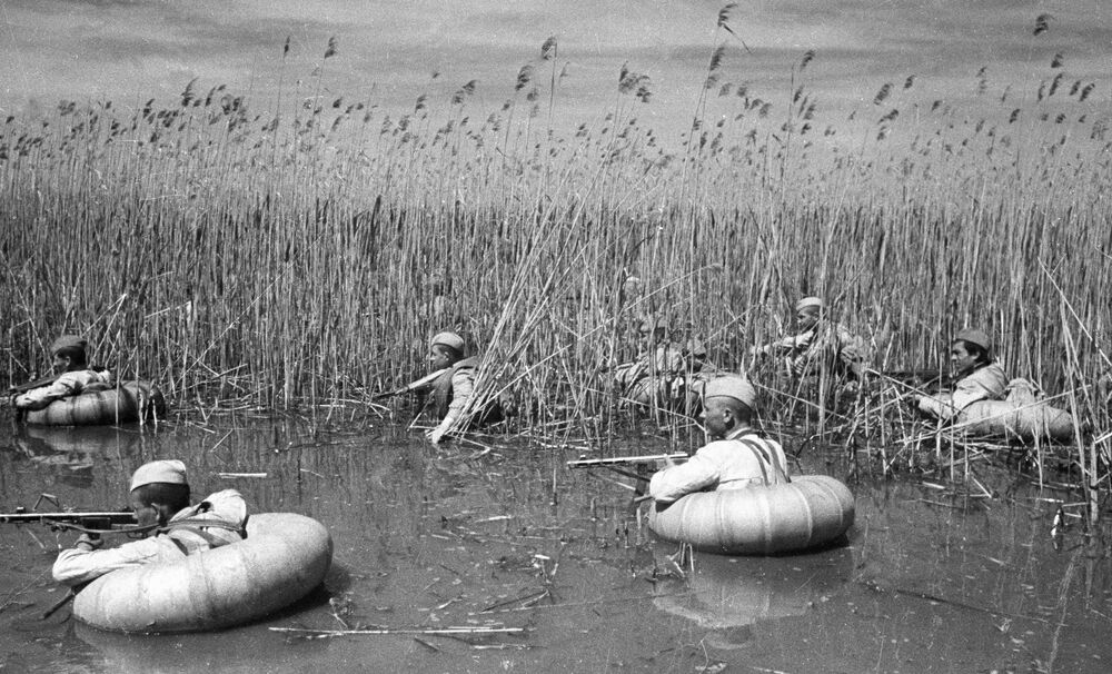 Agenti del servizio segreto forzano un fiume nel territorio di Krasnodar, Russia.