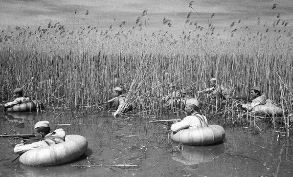 Agenti del servizio segreto forzano un fiume nel territorio di Krasnodar, Russia. - Sputnik Italia